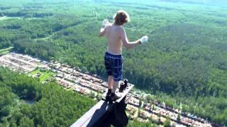 Смотреть онлайн Парень на высоте 215 метров рискует жизнью