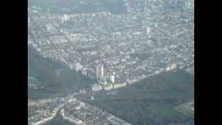 preview picture of video 'Landing at Heathrow Airport (AA 777) Flying over the city...'