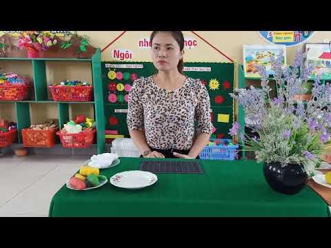 Cô giáo Nguyễn  Thị Mai trường Mầm non Phú Lương dạy trẻ kỹ năng  nặn 1 số loại quả