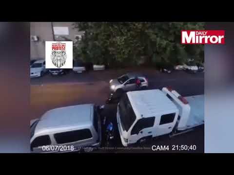 قائد دراجة نارية يلقن لصوصاً حاولوا سرقة دراجة نارية درساً قاسياً