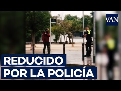Un policía reduce a un hombre en Viladecans que portaba un cuchillo de cocina