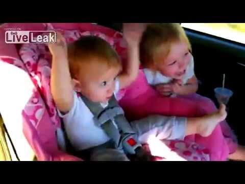 Baby zappelt zu Gangnam Style