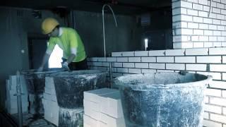 Это видео о работе каменщика в паре каменщик + помощник. Устраивайтесь поудобнее..