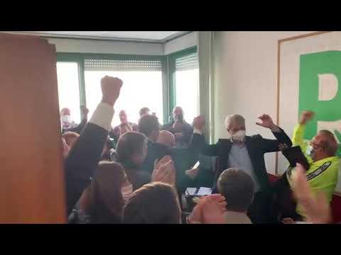 Galimberti festeggia nella sede del Pd di Varese