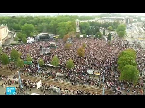 العرب اليوم - شاهد: الآلاف يحتشدون في حفل موسيقي ضد أفكار اليمين المتطرف المعادية للأجانب