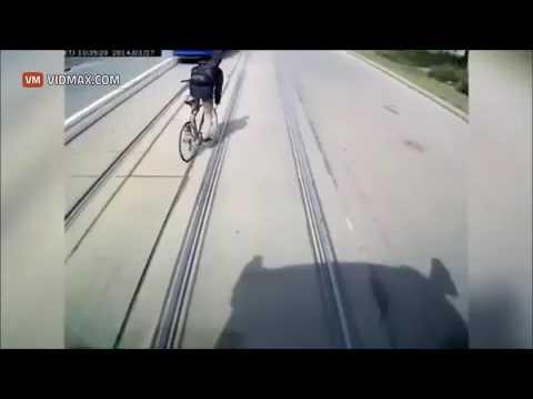 Велосипедист дважды чудом избежал смерти