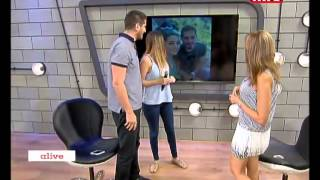 فيديو مذيع لبناني يطلب يد حبيبته على الهواء مباشرة بطريقة مميزة فاجأت الجميع في الاستوديو