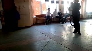 preview picture of video 'Пацан катается на велосипеде в школе .'