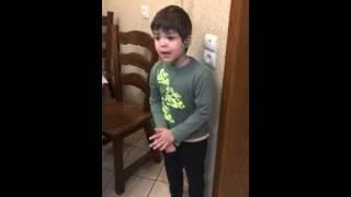 Смотреть онлайн 6-летний сын ругает папу за то, что тот убил мышь