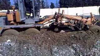 Грейдер застрял в траншее на краю бетона.mp4