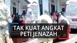 Viral Video Dua Petugas Medis Kelelahan Tidak Kuat Gotong Peti Jenazah, Warga Sibuk Merekam