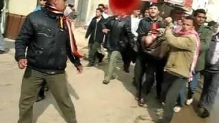 preview picture of video 'Siria, Daraa, As Sanamayn, Rio de Sangre en la matanza de decenas de manifestantes, Marzo 2011'