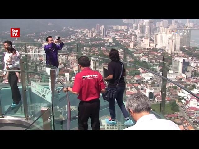 sportourism.id - Sensasi-Berjalan-di-Atas-Kaca-di-Rainbow-Skywalk-Malaysia