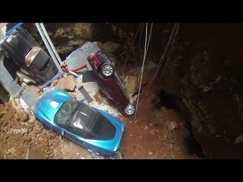 Un socavon gigante se traga 8 coches de lujo en el Museo Nacional de Corvette