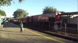 preview picture of video 'Ferrovías GM G22CU NºE719 llegando a Munro 15/01/2012'