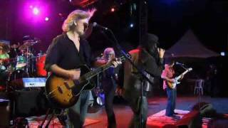 Love Train (LIVE) - Hall & Oates with Maxi Priest, Billy Ocean and T-Bone Wolk