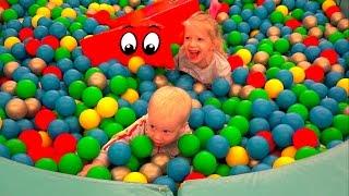Волшебный развлекательный парк часть #2 для детей с горками и батутами в Новогоднем стиле играем с д