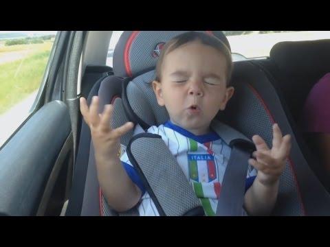 italienischer Junge singt im Auto