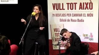 """Rosalía versiona """"Palabras para Julia"""" a la presentació del llibre """"Vull tot això"""""""