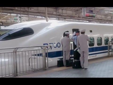 新幹線。互いに敬礼! JR東海とJR西社員  Saluting! Shinkansen. Shin-Osaka-station.新大阪駅でしか見られない光景.