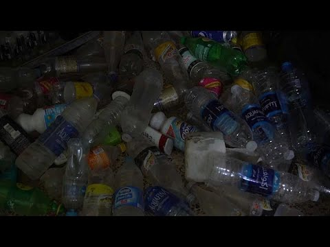 العرب اليوم - شاهد: مصري يصنع آلات موسيقية كاملة من القمامة