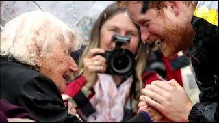 История снимка! Вот почему Принц Гарри поцеловал старушку