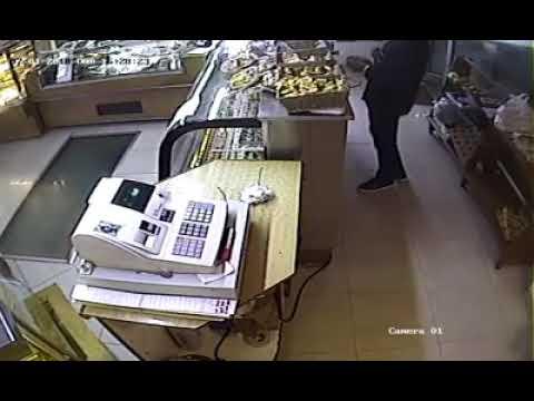 Con una escopeta entraron a robar en una panadería de 6 y 61. Video