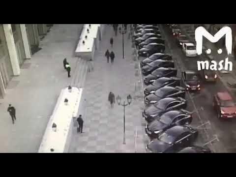 В Москве у здания Совфеда мужчина попытался забросать коктейлями Молотова машины чиновников