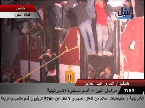 المتظاهرون يحطمون جدار السفارة الاسرائلية بالقاهرة