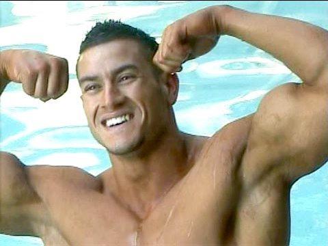 Lentraîneur au bodybuilding dans linférieur