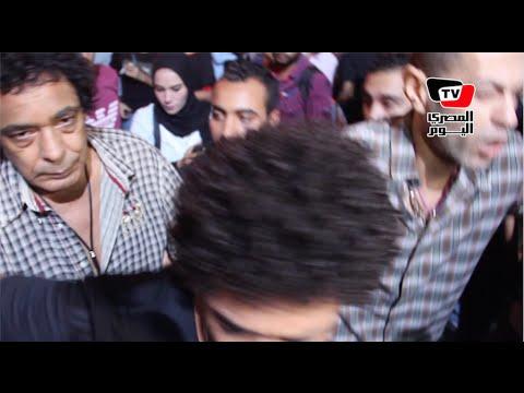 محمد منير يخرج بصعوبة من عزاء الفنان سامى العدل