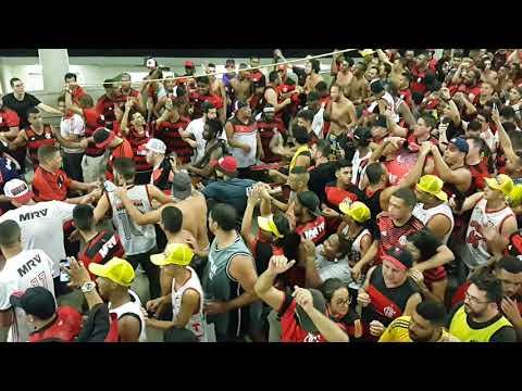 Festa, Confusão e Gás de Pimenta Torcida do Flamengo descendo a Rampa Bateria Urubuzada