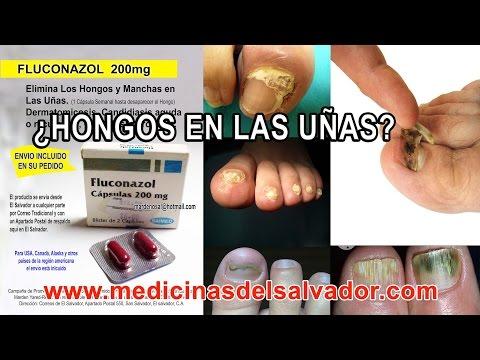 El hongo en el pie se agrieta la piel entre los dedos en los pies