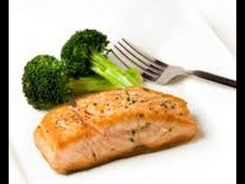 Video HEALTHY LUNCH:    BROCCOLI AND STEAMED SALMON.   CLEAN MEAL