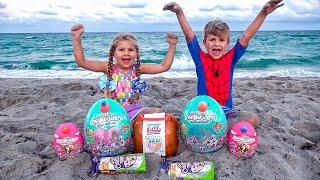 Diana và Roma chơi với bố trên bãi biển