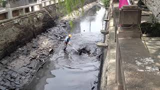 preview picture of video 'A dirty job cleaning Lindun Lu canal in Suzhou China'