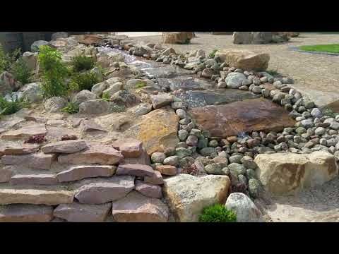 Wasserkaskade aus Sandsteinplatten und Findlingen