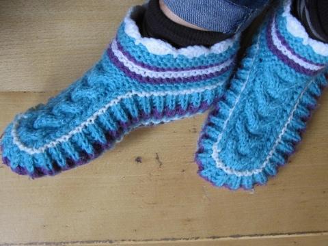 Schicke Puschen/ Socken mit Zopfmuster auf 2 Nadeln stricken