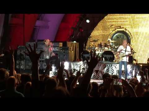 Watch Eddie Van Halen Play Jump As Final Song Of Last Show Ever With Van Halen Music News Ultimate Guitar Com