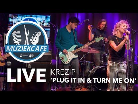Krezip - 'Plug It In & Turn Me On' live bij Muziekcafé