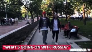 Ilyen, ha két férfi kézen fogva sétál Moszkvában
