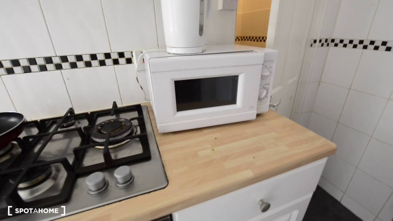 Rooms with bills included in 7-bedroom house in Lewisham, close to the station
