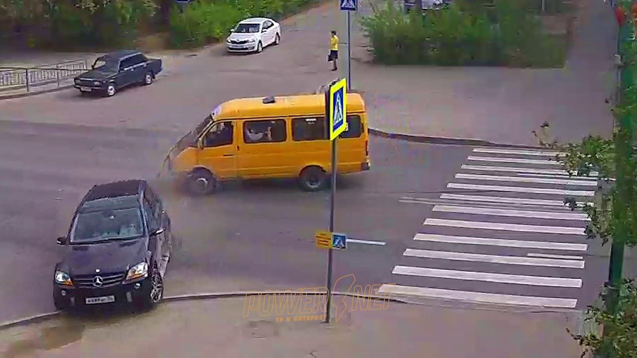 """Столкнулись маршрутка """"Газель"""" и Mercedes на перекрёстке в Волжском"""
