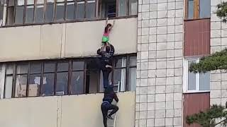 В Павлодаре шестилетняя девочка провисела на карнизе балкона полчаса