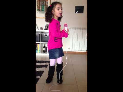 bellissima voce di una bambina di 4 anni al microfono di hello kitty