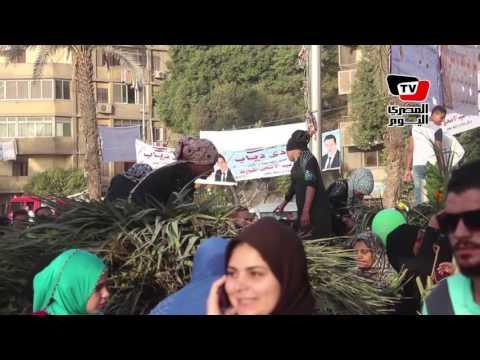 مواطنين يخرجون بعد صلاة العيد بمسجد عمرو بن العاص لزيارة المقابر