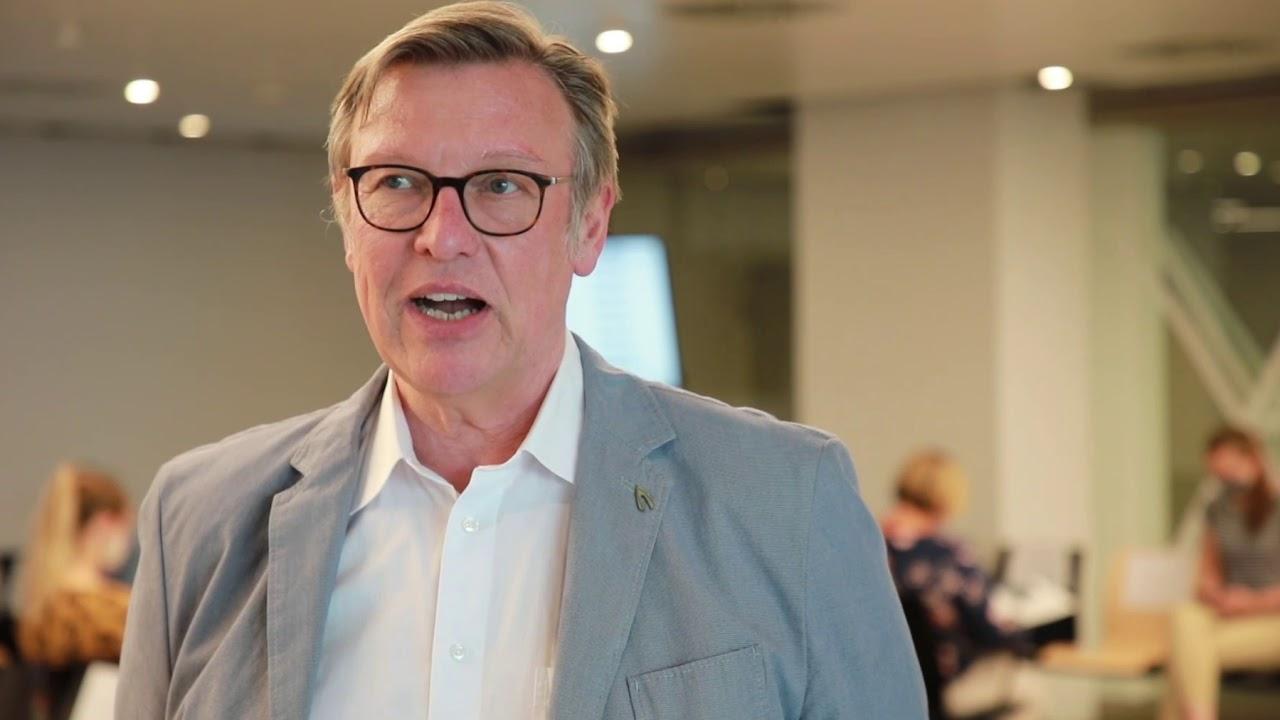 Harald Borchert, Leiter des Dienstleistungszentrums, erläutert die Neuerungen