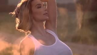 Модель Плейбоя показывает пышную грудь шестого размера