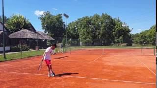 sport serveste la tenis