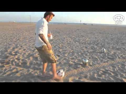 David Beckham sút 3 trái bóng trúng 3 thùng rác từ xa...có tin được không nhỉ @@